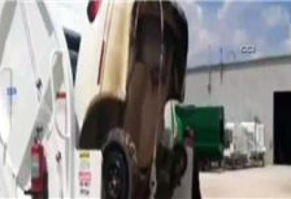 Çöp kamyonu, otomobili böyle yuttu