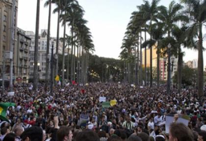 Brezilya'da on binler sokakta