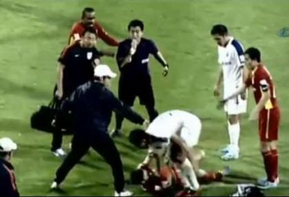 Futbolcuyu yaka paça dışarı attı