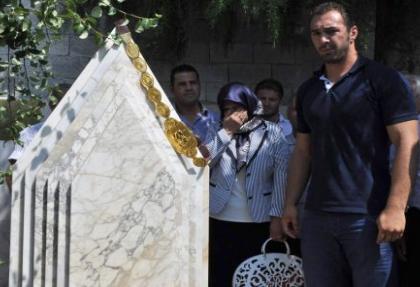 Altın kemeri babasının mezarına götürdü
