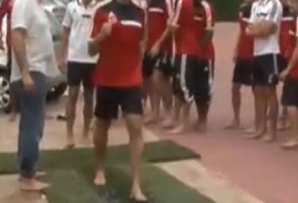 Futbolcular ateş üstünde yürüd