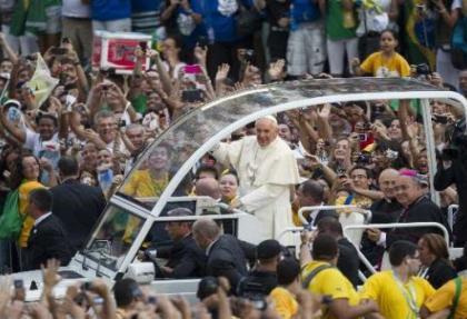 Papa'ya coşkulu karşılama
