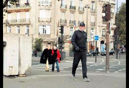 Cem Uzan'ı Sarkozy'nin adamı koruyor