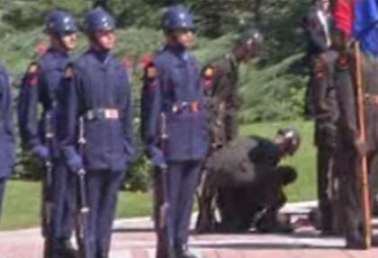 Gül'ün tören kıtasındaki iki asker fenalaştı