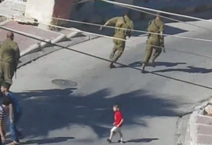 İsrail askerleri Filistinli çocuğu dövdü