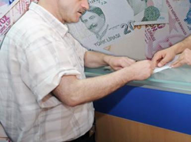 İki soyguncu bankadan parasını söke söke aldı