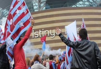 TFF binası taşa tutuldu, bayraklar indirildi