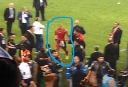 Felipe Melo'da Fenerbahçe formasını şortuna sokmuş