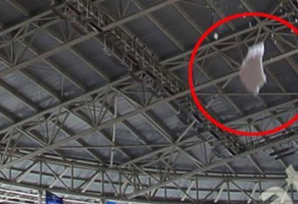 Arena'da tek tehlike; çatıdaki karlar