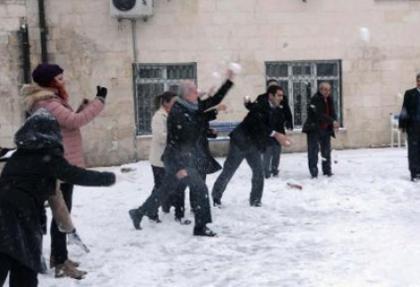 Kaymakam'ı kar topu yağmuruna tuttular