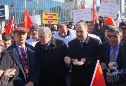 Kefenli eylem yapan 'Emeklilikte Yaşa Takılanlar' milletvekilleriyle helva yedi