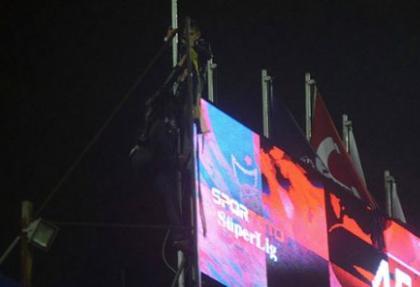 Fenerbahçe bayrağını indirdiler!