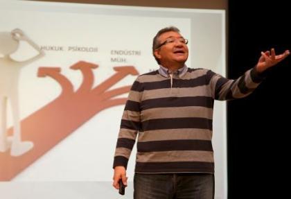 Saiy Gürsoy İhlas Koleji'nde üniversite tiyoları verdi