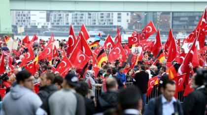 Almanya'da Türkler darbe girişimini protesto için meydanlarda!