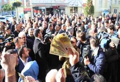 """Esenler'de vatandaştan """"döviz bozdurma"""" izdihamı"""